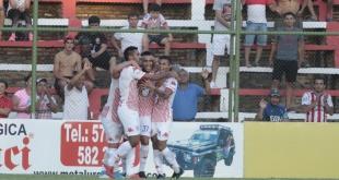 Adrián Fernández festeja junto a sus compañeros el gol que convirtió para el triunfo de San Lorenzo sobre River Plate, en el debut en el Apertura.