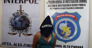 Ilse Lorena Reyes Vázquez, detenida por agentes de Investigación de Homicidios.