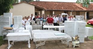Los muebles y equipos fueron traídos en dos camiones desde el depósito de la Fundación Tesãi en Ciudad del Este.