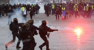 """La Policía lanza gases lacrimógenos contra los """"chalecos amarillos"""", en París."""