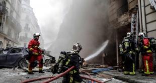 Bomberos intentando apagar las llamas en la zona de la explosión en París.