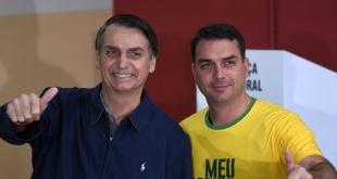 El presidente de Brasil, Jair Bolsonaro, y su hijo mayor, Flavio.