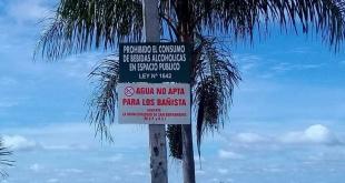 Un cartel advierte que las aguas del Lago Ypacaraí no están aptas para el ingreso de bañistas en San Bernardino.