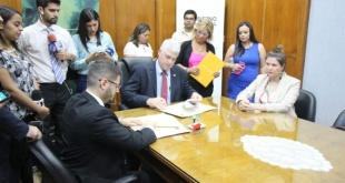 El ministro de Obras Públicas, Arnoldo Wiens y el representante de Fundación Paraguay S.O.S, Enrique Wagener Foto: MOPC