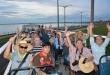 Varias personas disfrutan del recorrido inaugural del bus panorámico por la ciudad de Encarnación.
