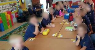 Los niños blancos fueron sentados en una mesa diferente a la de los niños negros en la escuela primaria de la ciudad de Schweizer-Reneke, en Sudáfrica.