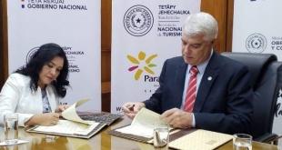 El ministro de Obras, Arnoldo Wiens y la ministra de Turismo, Sofía Montiel durante la firma de los convenios. Foto: Gentileza