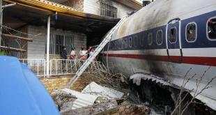 El avión de carga, un Boeing 707, se estrelló en un complejo residencial en Irán.