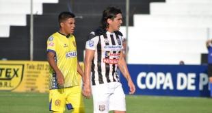El excesivo calor dejó exhaustos a los futbolistas en un tramo del primer tiempo. (Foto Prensa Santaní)