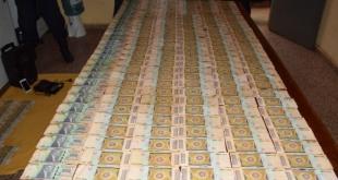 Los billetes encontrados en poder del adolescente, tras ser contabilizado en la dependencia policial.