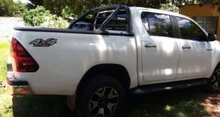 La camioneta, una Toyota, Hilux de color blanco cuya chapa original brasileña es QAM-8438, fue robada ayer en la ciudad de Ponta Porã, Brasil. Foto: Radio Amambay 570 AM.