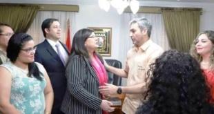 La interventora Carolina Llanes y los integrantes de su equipo sonrientes aparecen junto al presidente Mario Abdo Benítez.
