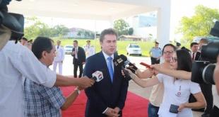 El canciller nacional, Luis Alberto Castiglioni, haciendo declaraciones a la prensa.