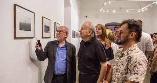 El autor de las fotografías explica a los presentes sobre las tomas desarrolladas en España, donde reside desde hace trece años.