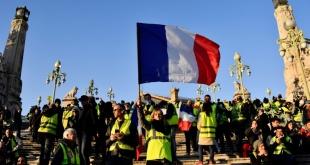 """Los """"pañuelos rojos"""" irrumpen en Francia contra los """"chalecos amarillos"""". Foto: AFP/Archivos / Christophe Simon"""