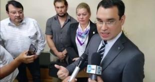 Cristian Cabral (d) y Bernanrdo Villalba (i), abogados de la exintendenta de Ciudad del Este, Sandra McLeod.