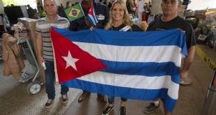 """Médicos cubanos que formaban parte del programa """"Más Médicos"""" al dejar Brasil."""