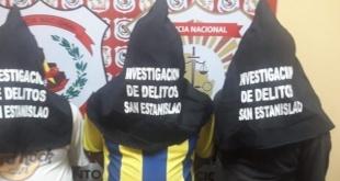 Los efectivos policiales detuvieron en la mañana de este martes a los presuntos implicados en el asalto con resultado de muerte de un comprador de mandioca. Foto: Gentileza.