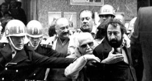 Los políticos opositores siendo detenidos por la Policía de la dictadura.