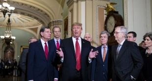 El presidente Donald Trump, rodeado de sus colaboradores.
