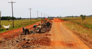 """La obra forma parte del contrato N° 769/15 """"Rehabilitación con pavimento tipo empedrado del tramo vial desvío Corateí – Yabebyry. Foto: EBY."""