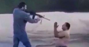 """Momento en que Gregorio """"Papo"""" Morales le apunta con el arma al peón Antonio Talavera, quien suplica por su vida."""