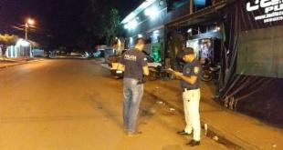 Agentes policiales verificando la escena del crimen de Isabelino Ramón Arguello Soria.