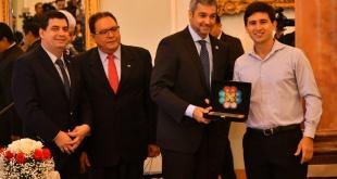 Derlis Ojeda, graduado en Medicina por la Universidad Católica, como mejor egresado de la Carrera - Promoción 2018, junto a las autoridades estatales.