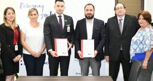 Los representantes de ambas instituciones firmaron el convenio.