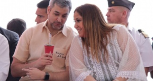 En todo su esplendor, Patricia Samudio hace gala del fuerte apoyo de Mario Abdo Benítez. Fue durante el evento en Mauricio José Troche.