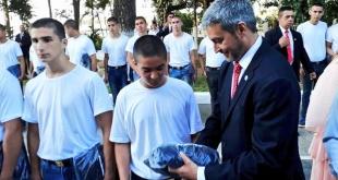 """El jefe de Estado se encargó de entregar el uniforme de """"cimeforista"""" a su hijo. Foto: @ElRolfi_Py."""