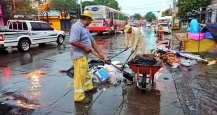 A pesar de la lluvia, los funcionarios de la Dirección de Servicios Urbanos de la Municipalidad de Asunción realizaron la limpieza.