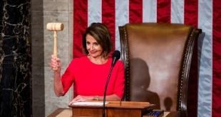 La líder demócrata Nancy Pelosi recibe el mazo, tras ser elegida como presidenta de la Cámara Baja de EE.UU.