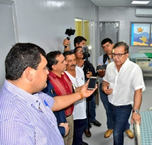 Nicanor Duarte Frutos, director de la EBY, hablando con miembros de la prensa.