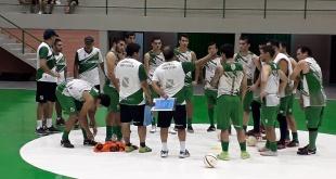 El entrenador Luis Martín Barrientos brinda indicaciones a los salonistas paranaenses, en la primera movilización realizada en el Polideportivo Municipal.