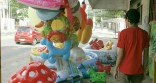 Diferentes ofertas en juguetes ya se encuentran en las veredas que se convirtieron en jugueterías improvisadas.
