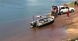 Momentos en que los intervinientes retiraron del agua el cuerpo sin vida de Mauro Cesar González Insaurralde.