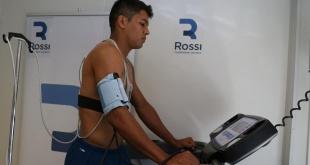El defensor paraguayo, Robert Rojas, en la inspección médica, tras ser trasferido a River Plate de Argentina. (Foto @CARPoficial).