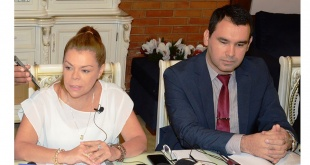 La intendenta suspendida, Sandra McLeod, y el abogado Cristhian Cabral.