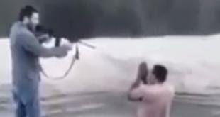 Momento en que el presunto agresor apunta el arma a su víctima. Foto: Captura de video de Sandra Gamarra.