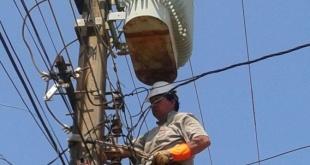 Momento en que un técnico de la ANDE trabaja en la reparación de un transformador.