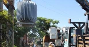 Varias zonas del país sufren con los cortes de energía a causa de la avería de los transformadores.