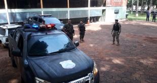 Con una fuerte custodia policial, los presuntos criminales abordaron un vehículo y fueron llevados hasta el Puente de la Amistad para ser entregados a las autoridades brasileñas.