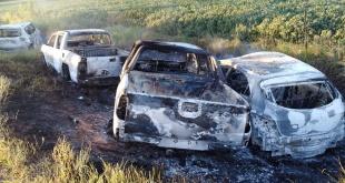 Los sicarios quemaron los rodados en la localidad de Zanja Puita, a unos 15 Km de Ponta Porã.  Foto: Gentileza.