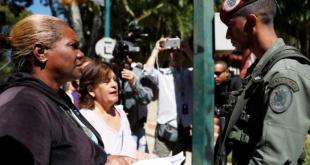 Simpatizantes de la oposición de Venezuela se preparaban el domingo para entregar en puestos militares copias de una propuesta de ley de amnistía que considera la Asamblea Nacional, bajo control opositor.