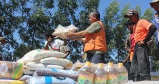 Entrega de kits de alimentos a familias afectadas por temporal.