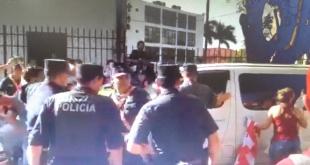 Esto debido  que los manifestantes pedían que no se acepte la renuncia de Ferrer para poder llegar a una intervención. Foto: Captura de Pantalla.