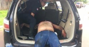 Adilson Sánchez, siendo auxiliado en un vehículo particular, por efectivos policiales.