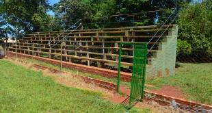 Confortables nuevas graderías construidas  con apoyo comunal en las canchas de fútbol ubicadas en el novel distrito de Dr. Raúl Peña.