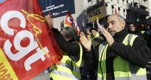 Los sindicatos galos se manifiestan en París este 5 de febrero para exigir mayores salarios y reformas más adecuadas del sistema tributario.
